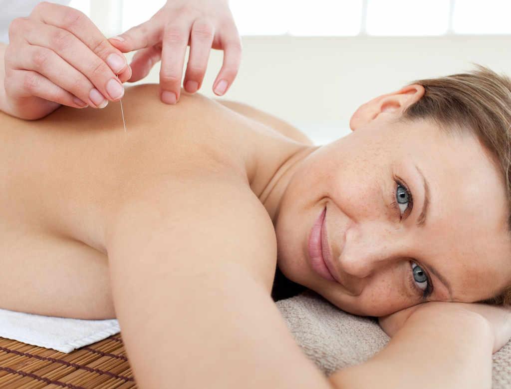 Akupunktur bei Schulter- und Rückenschmerzen. (urheber-wavebreakmediamicro-www.123rf.com-lizenzfreie-bilder)